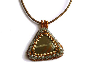Pendentif de jaspe kaki brodé de perles, bijou de créateur français