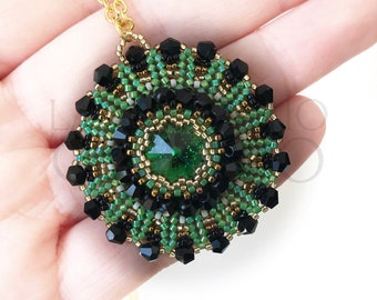 Necklace with Swarovski green, decorated with beads • Necklace with green Swarovski, decorated with beads