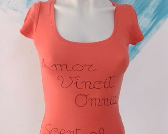 "T shirt hand painted ""Amor vincit omnia"" - Inspirational t-shirt hand written message one of a kind - Love Latin motto for her"