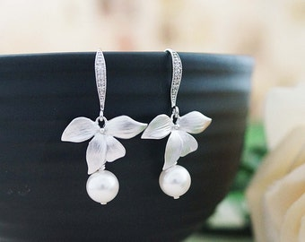 Leaf charm with Swarovski Pearl dangle earrings drop earrings Wedding Bridal Earrings Bridesmaid earrings Bridesmaid Gifts Garden Weddings