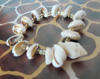 Elastic bracelet with glass beads and shells