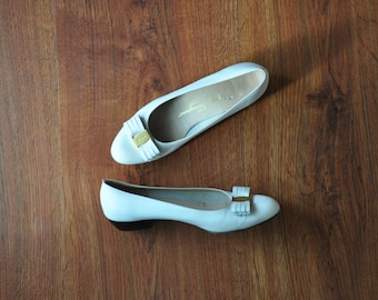 90s white leather pumps / leather bow slip on flats / Ferragamo Vara shoes 9