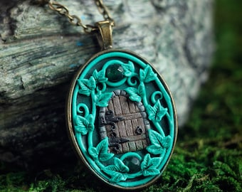 Elven pendant with ivy and fairy door. Fantasy necklace. Forest pendant. Elven jewelry. Miniature magical door. Boho. Green agate.