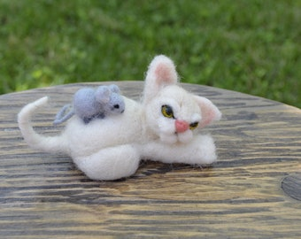 Needle felt white cat with litlle mouse on its back, handmade cat, eco toys, collection gift , yorkiemania, little handmade gift