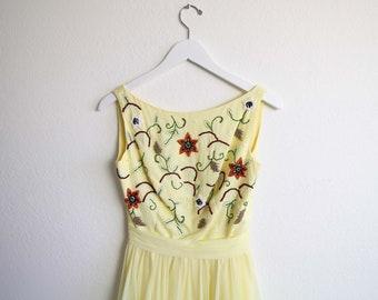 VINTAGE Kleid der 1950er Jahre gelb Chiffon voller Rock Perlen Partei Kleid XS