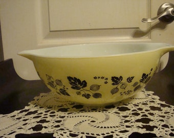 Pyrex Nesting Bowls Gooseberry in Yellow and Black and White
