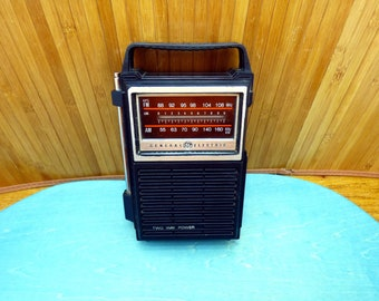 Vintage radio General Electric GE AM FM  - portable transistor model no. 7 - 2800B -