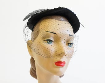 Vintage 1950s Womens Hat / Valerie Modes Black Woven Straw Cinch Hat with Netting Veil and Flower Accent VGC