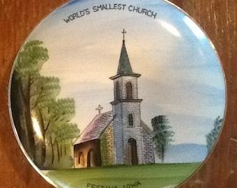 Placa de recuerdo coleccionable vintage de iglesia, más pequeña del mundo en Festina, Iowa. Hermosos gráficos pintados con oro de recorte. Medidas ap