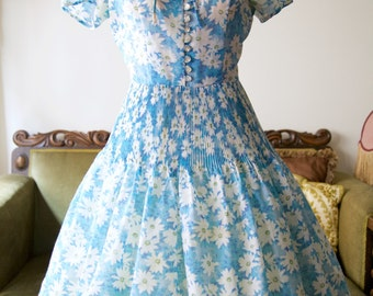 1950s day dress/blue with daisies and pleated skirt