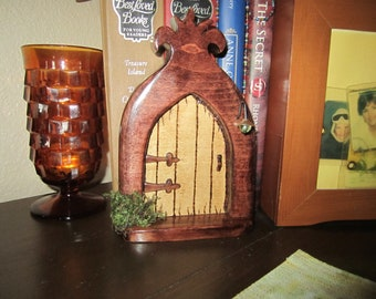 SIMPLIDH Fairy Door - (Simple) A fairy door with solid but simple decor.