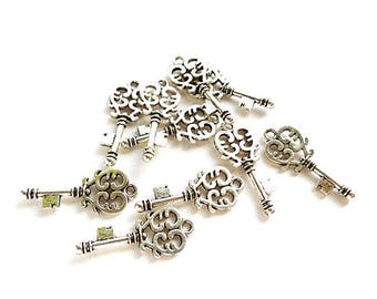 10 Antique Silver Key Charms - 30-22