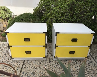 VENTE-MID CENTURY Modern ** une paire disponible ** de tables de chevet campagne jaune