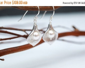 ON SALE Bridesmaid Jewelry Set of 6 Small Silver Calla Lily and Pearl Earrings