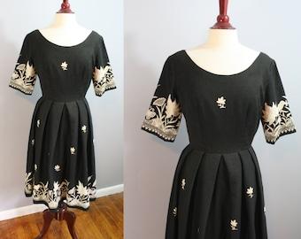 1950's Dress // Embroidered Nature Scenes // Medium