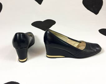 70's navy leather wedges 1970's gold metal tipped platform heels / pumps / blue shoes / Mod / Disco / closed toe / Town & Country / size 8 M