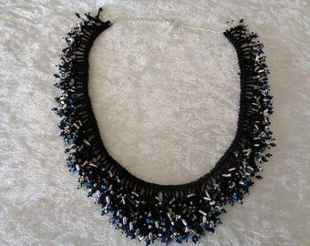 Fringe necklace in black-glittering