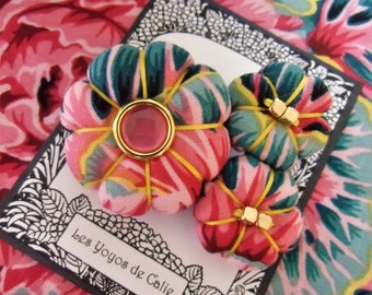 Floral fabric brooch pin, Rachel version 5, Les Yoyos de Calie, boho brooch, japanese flower brooch, sakura flower brooch pin, yoyo pin,