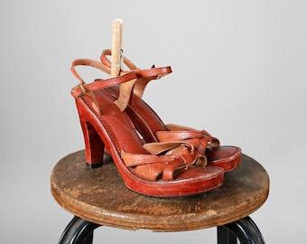 Vintage des années 1970 bois et cuir acajou à talons sandales à lanières d'été talon bois sandale marron haute plate-forme des années 70 haut - taille 7