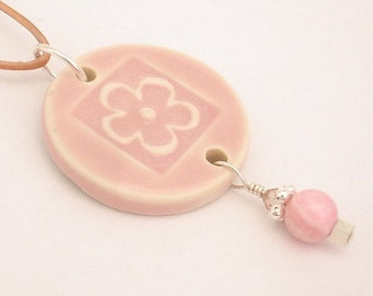 Monthly specials - Soft pink flower outline on round pendant (JSP-N019-1)