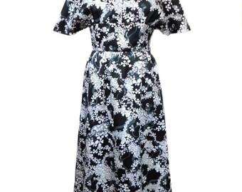 vintage 1970's floral maxi dress / black white gray / hostess dress / 70s dress / spring / dark floral / women's vintage dress / size medium