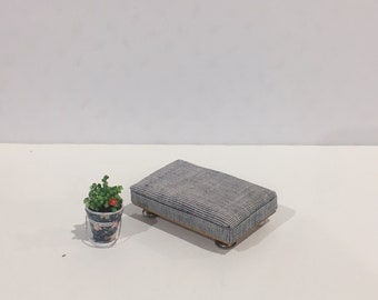 A 1:24 scale Modern Side Chair Handmade Dollhouse/Miniature