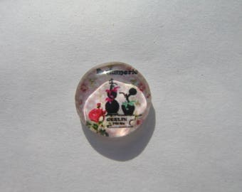 Glass cabochon round 14 mm with his scent on a background image in pink polka dots