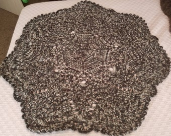 """Hand Crafted 43"""" Round Black and Gray Rug"""