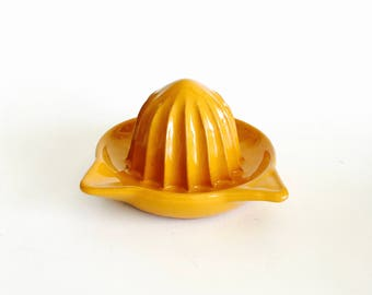 Citrus Reamer / Pottery Citrus Juicer Glazed Golden Yellow  w/ juice reserve rim, handle & pour spout / Retro Kitchen Gadget / Kitchenalia