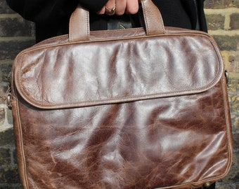 Berlin Laptop Case with several compartments, pen holders, mobile space, exterior and interior pockets and padding made of brown leather