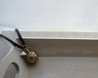 bola de grossesse, ton noir et pois blancs, cordon en Liberty, clochette en verre tchèque + bracelet assorti offert
