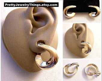 Avon Swirl Bevel Band Hoop Clip On Earrings Gold Tone Vintage Large Polished Curved Open End Band Pebbled Print Backs
