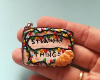 Keychain Stranger Things. Navidellas lights with which will contact