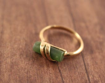 Avon Captured Jade gold Tone Ring With A Jade Stone - Vintage 1978