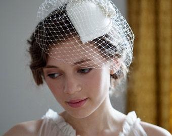 Marfil nupcial sombrero, sombrero de la forma de lágrima con arco, Duquesa Silk Satin y Birdcage veil. década de 1940, 1950, fascinator