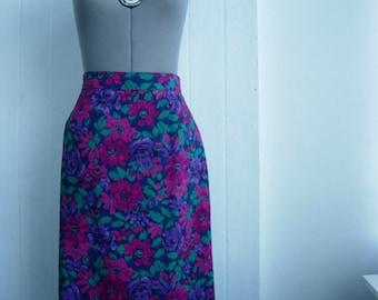 Elegant  romantic skirt with lining. Very feminine design.Excellent vintage condition.