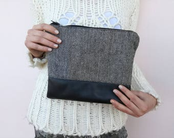 Clutch in black and white twill fabric and black leather with zipper