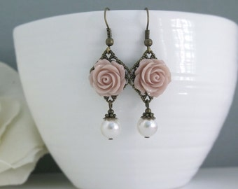Leichte französische Taupe Rosenohrringe. Vintage-Stil Natur Wald inspiriert. Weiße Perlen baumeln Tropfen Earrings.Bridal Hochzeit Ohrschmuck