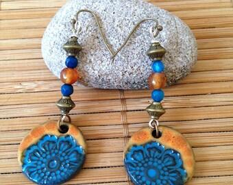Boucles d'oreilles rustiques Hippie Bohème fleur orange-bleu, pendentif en céramique et perles agate