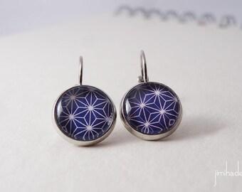 Boucles d'oreilles cabochons dormeuses, imprimé bleu marine avec un motif étoilé japonais blanc