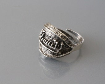 Modernist vintage sterling silver ring with a petroglyph style boat.