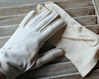 Vintage. white. gloves. Size 7 1/2. Rhinestones. 1950s. Wedding. Cute gloves!