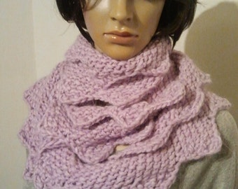 Narrow long knitted Möbiusschal pale purple with zigzag edge for various carrying options