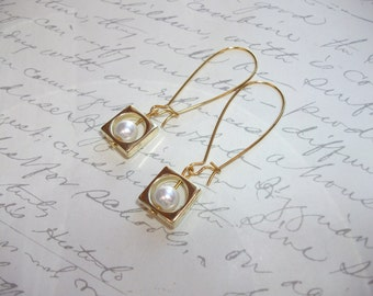 Pearl gold drop earrings with square frame