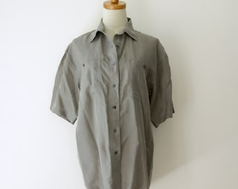 90s grey Silk shirt. Mens grey silk top. Grey silk short sleeve shirt. Silky Summer shirt. Grey silk shirt. Artist shirt. Avant Garde. M