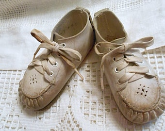 LEATHER BABY Trainer SHOES Vintage Sturdy Ankle Hi Walkers, White Lace Ups 4 Holes, Sz 4, Gathered Toes Large Doll Toddler Shabby Chic Used