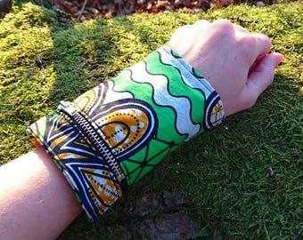 Wrist wallet in green waxprint