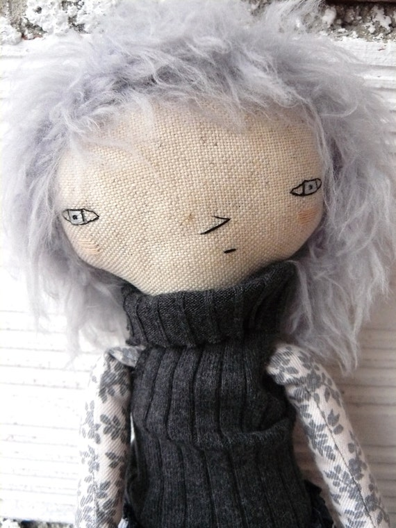 Doll in cotton and linen. 32 cm. Includes a skirt and a tutú