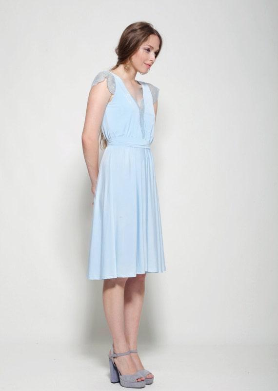 Hellblaues Kleid knielang Spitze Ausschnitt und Ärmeln