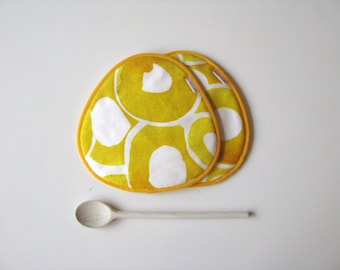 yellow and white fabric trivets - modern yellow potholders - housewarming gift - kitchen potholders - modern kitchen - yellow circles print